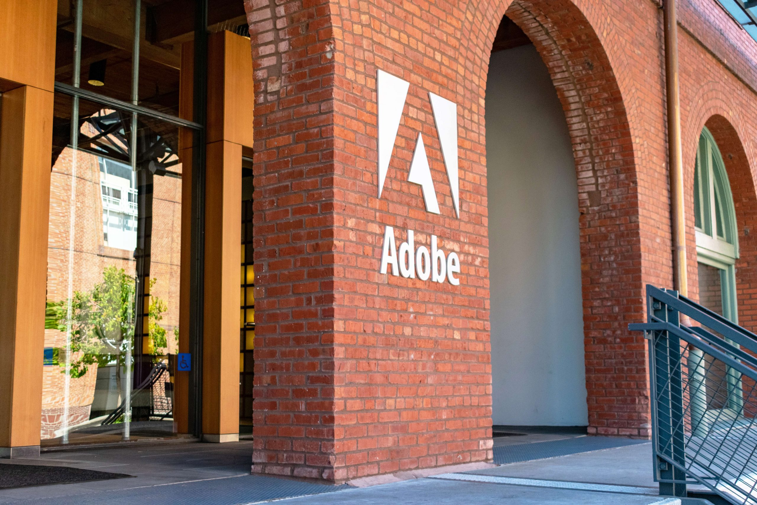 О компаниях FedEx и Adobe Systems